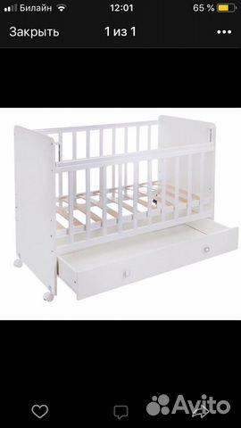 белая деревянная кроватка