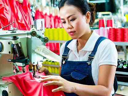 Упаковщица / обработчица женской одежды
